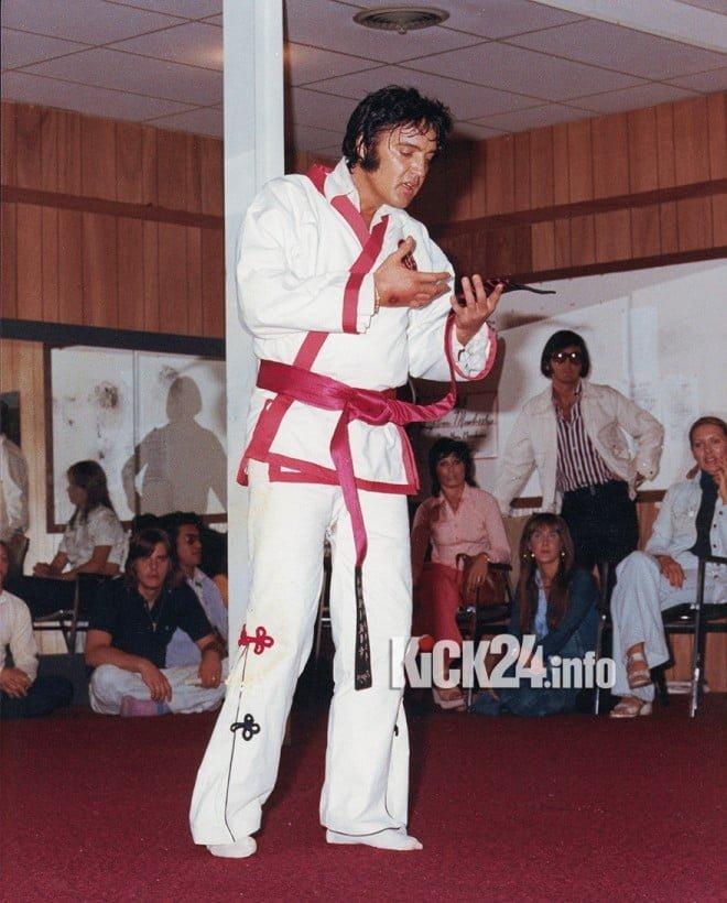 Trotz groІer Bekanntheit, lieІ Elvis sich nur selten beim Karatetraining fotografieren. Dieses Foto entstand im Taekwondo Institut von Memphis.