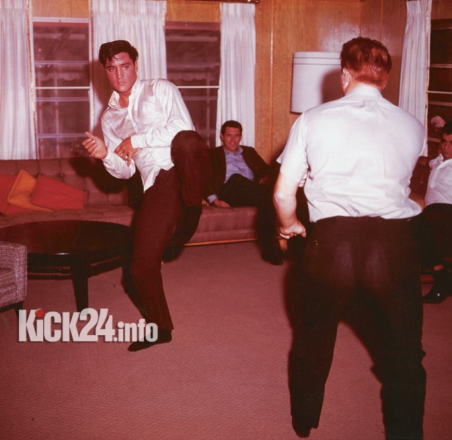 Elvis mit Karate Kick