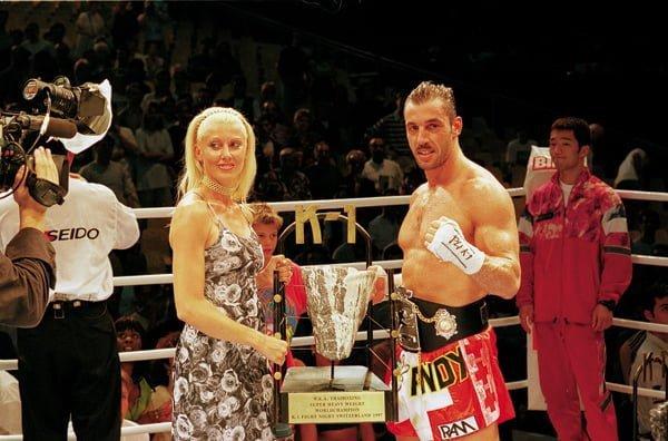 Andy Hug mit Siegerpokal