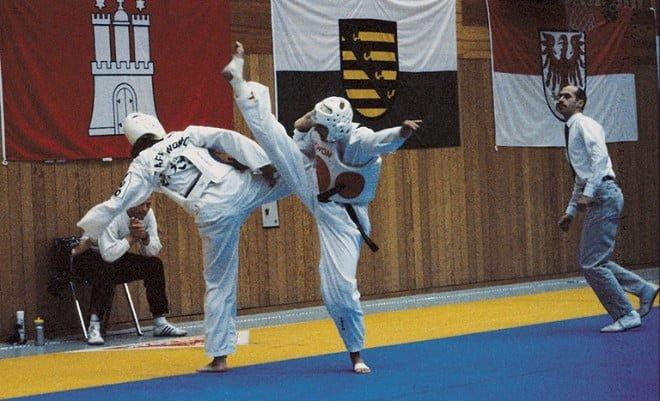 Anja Greb (Budo-Club Mühlheim) tritt mit einem kraftvollen Nerjo-Chagi