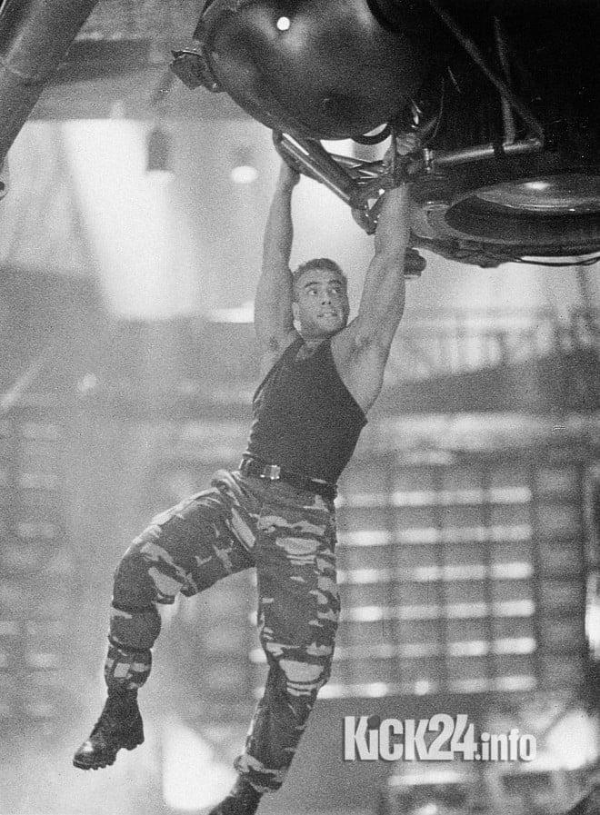 Van Damme spielt einen Oberst der Vereinten Nationen, der mit artistischen Einlagen alle Hindernisse aus dem Weg räumt.